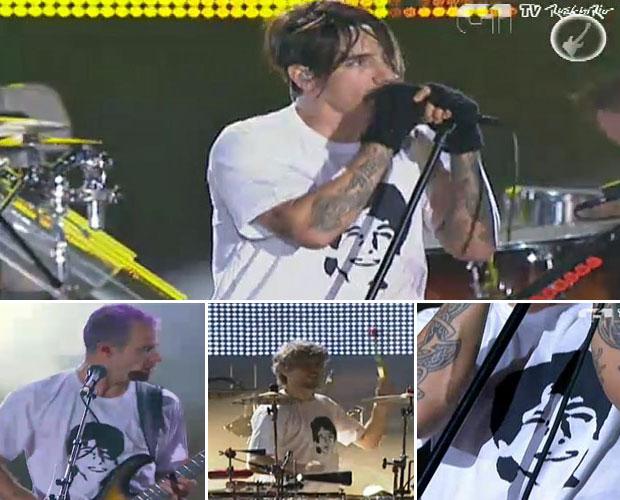 Músicos do Red Hot usam camisetas em homenagem a Rafael Mascarenhas (Foto: G1)