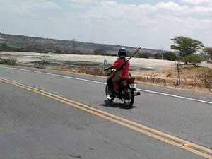 Homem foi flagrado na rodovia, BA 411, que liga a cidade de Conceição do Coité ao distríto de Salgadália (Foto: Marcio A. S. Borges/VC no G1)