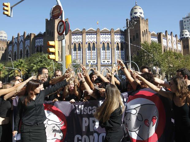 Ativistas brindam o fim das touradas na região da Catalunha, na Espanha. (Foto: Albert Gea / Reuters)