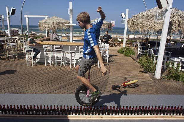 Lutz Eichholz andou com um monociclo por 8,93 metros sobre uma fileira de garrafas de cerveja. (Foto: Reuters)