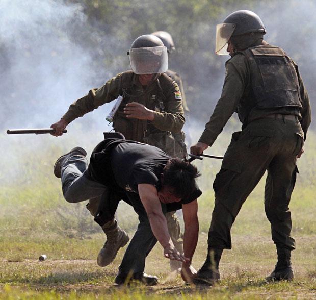 Marcha de mais cedo foi contida com gás e violência (Foto: David Mercado/Reuters)