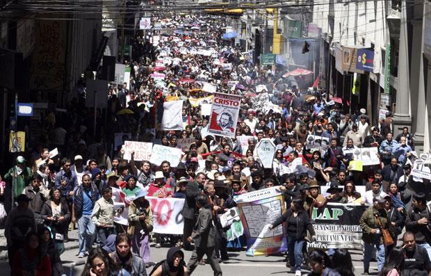 Bolivianos protestam nas ruas da capital, La paz (Foto: Gaston Brito/Reuters)