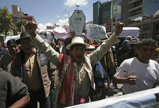Indígenas participaram do ato contra a construção da rodovia (Foto: Gaston Brito/Reuters)