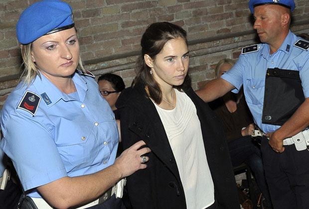 Amanda Knox, centro, é levada à Corte de Perugia, na Itália, nesta segunda-feira (26) (Foto: Stefano Medici/AP)