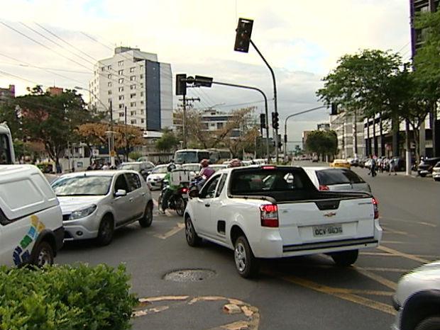 Sem os semáforos, o trânsito ficou complicado durante apagão no ES (Foto: Reprodução/ TV Gazeta)