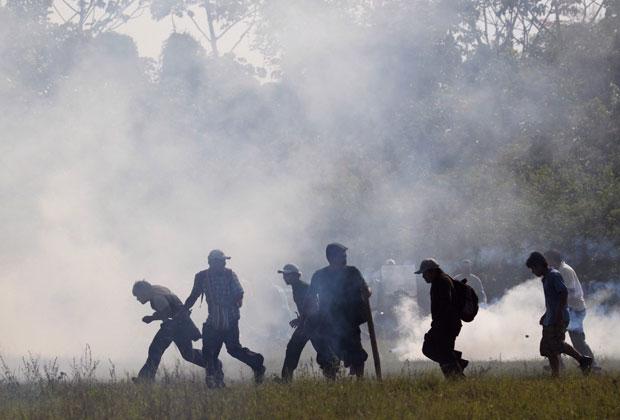 Manifestantes fogem do gás lacrimogênio em região do Parque Nacional Isiboro Sécure (Foto: David Mercado/Reuters)
