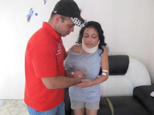 Marido ajuda Carolina a se locomover (Foto: Letícia Macedo/ G1)