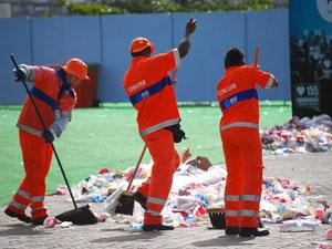 Garis trabalham para recolher sujeira deixada no domingo (Foto: Divulgação/Comlurb)