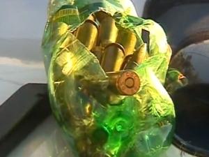 Projéteis estavam escondidos em uma garrafa pet. (Foto: Reprodução RPC TV)