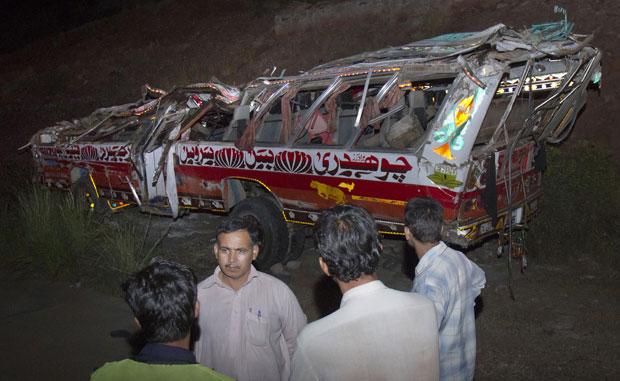Um ônibus escolar lotado com crianças e professores sofreu um sério acidente na noite desta segunda-feira (26) em Kalar Kahar, no Paquistão. Segundo a polícia local, pelo menos 24 crianças e dois professores morreram na tragédia. (Foto: Anjum Naveed/AP)