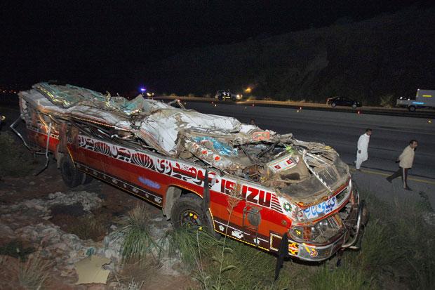 O ônibus voltava de um passeio escolar em uma mina de sal que é atração turística local, quando acabou caindo em uma vala e capotando. (Foto: Anjum Naveed/AP)