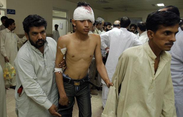 Algumas pessoas que estavam a bordo do veículo foram resgatadas com vida e levadas para tratamento em um hospital de Chakwal. (Foto: Anjum Naveed/AP)