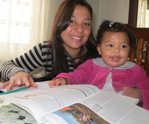 Polyana se divide entre os estudos e os cuidados com a filha Sarah  (Foto: Vanessa Fajardo/G1)