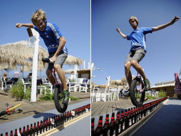 Eichholz pedalou com sucesso sobre 127 garrafas. (Foto: AFP)