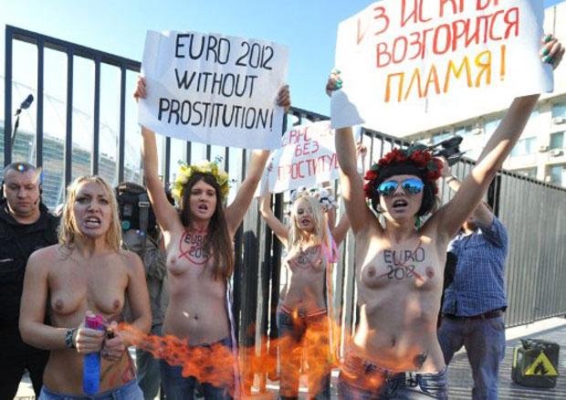 Mulheres ativistas do grupo Femen aproveitaram a visita do presidente da UEFA, Michel Platini, à Ucrânia para protestar contra as possíveis práticas de prostituição, turismo sexual e venda de bebidas alcoólicas em estádios de futebol durante a Eurocopa 2012. Ucrânia e Polônia sediarão em conjunto o evento esportivo no ano que vem. (Foto: Genya Savilov/AFP)