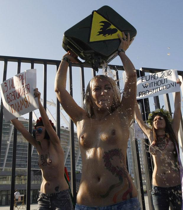 Durante a manifestação, as mulheres usaram latas de aerosol para criar labaredas de fogo, e uma delas chegou a se encharcar com o líquido de um galão. Não se sabe se o líquido era inflamável. (Foto: Alexandr Kosarev/Reuters)