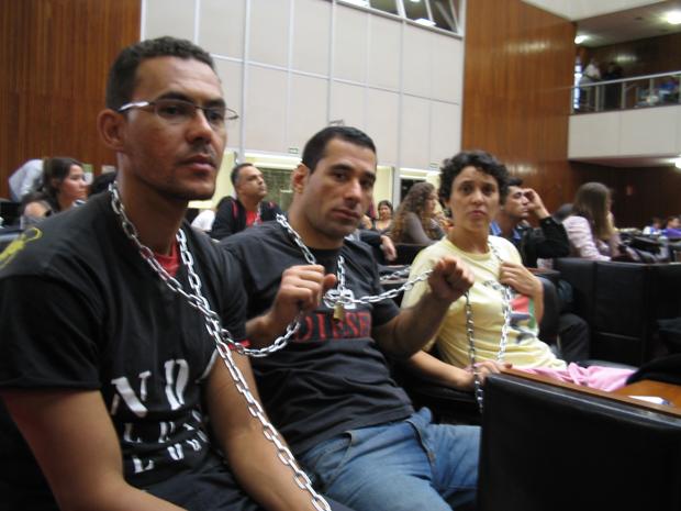 Professores acorrentados dentro do plenário (Foto: Tais Ferreira)