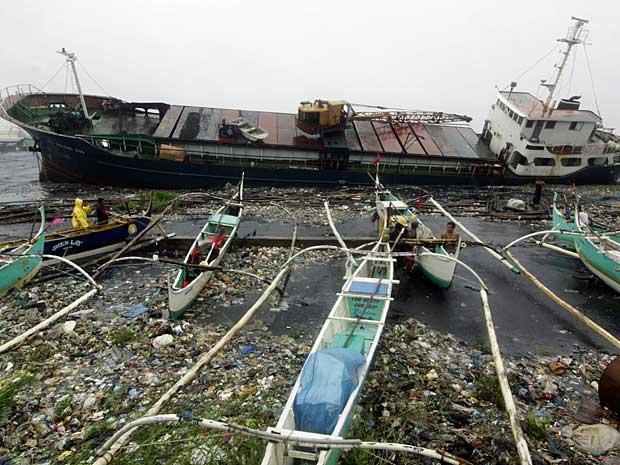 Força do Tufão 'Nesat'quase virou navio de carga, que acabou encalhado no Porto de Navotas, ao Norte de Manila, nas Filipinas. (Foto: Romeo Ranoco / Reuters)