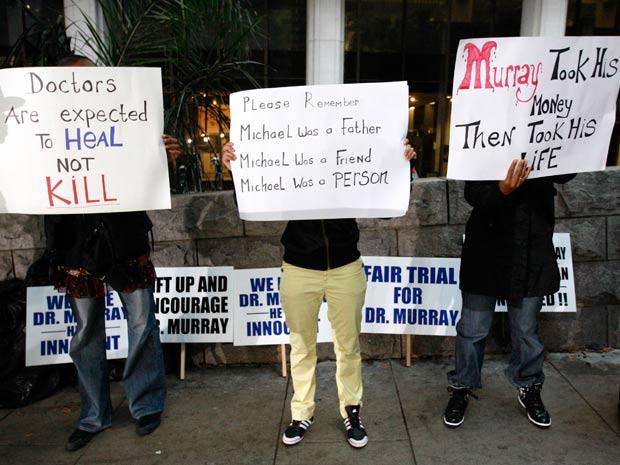 Manifestantes e fãs de Michael Jackson ocuparam a entrada do tribunal (Foto: Reuters)