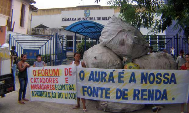 Manifestantes tentam impedir votação de projeto sobre resíduos sólidos na Câmara Municipal de Belém (Foto: Licia Silva Pinto/ONG No Olhar/Divulgação)