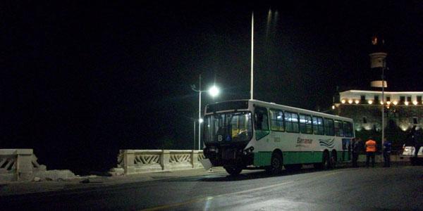 Ônibus quase cai no mar no bairro da Barra, diz Transalvador (Foto: Ida Sandes/ G1BA)