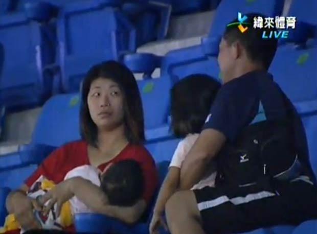 Depois, pai recebeu um olhar ameaçador da mulher. (Foto: Reprodução/YouTube)