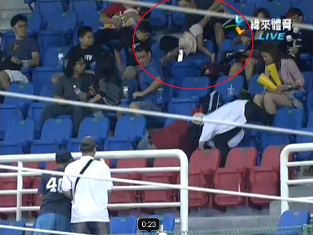 Incidente ocorreu em jogo de beisebol em Taiwan. (Foto: Reprodução/YouTube)