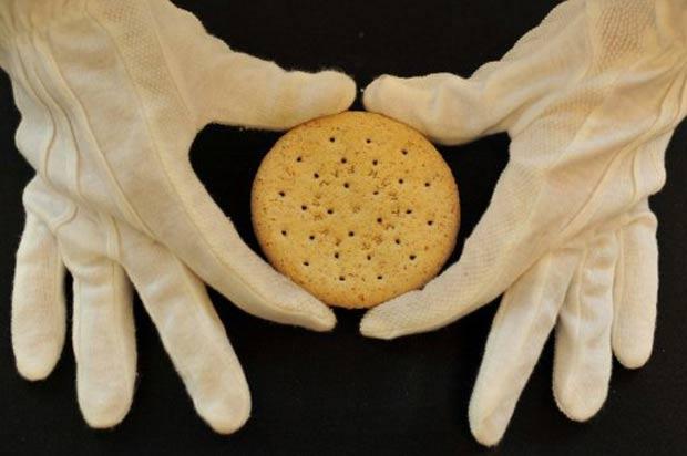 Expectativa é que o biscoito alcance entre 1 mil e 1,5 mil libras. (Foto: Ben Stansall/AFP)