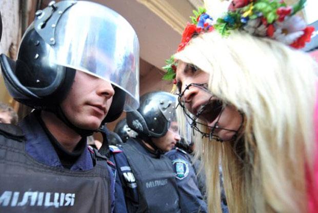 O ato desta quarta (28) foi contra a suposta repressão à liberdade de expressão do grupo. (Foto: AFP)