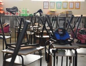 Materiais escolares foram deixados para trás depois de mal-estar (Foto: Tatiane Queiroz/G1 MS)