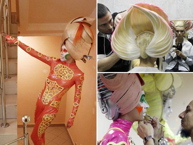 Realizado no Kremlin de Moscou, o evento teve belas modelos desfilando as inovações nos cortes e penteados. Alguns dos trajes usados no desfile acompanhavam a excentricidade dos penteados logo acima. (Foto: Denis Sinyakov/Reuters)