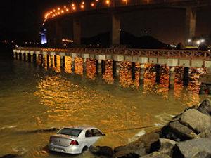 Carro cai na Baía de Vitória ao sair de estacionamento em shopping (Foto: Bernardo Coutinho/ A Gazeta)