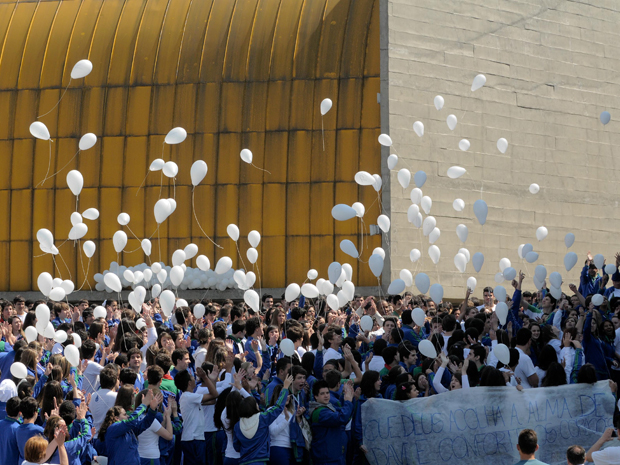 Alunos soltaram balões brancos em escola do ABC (Foto: Adriano Lima/Foto Arena/AE)