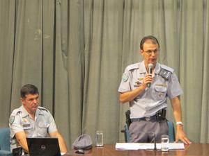 Coronel Jean Charles Diniz (à dir.) fala sobre engavetamento na Anchieta  (Foto: Roney Domingos/ G1)