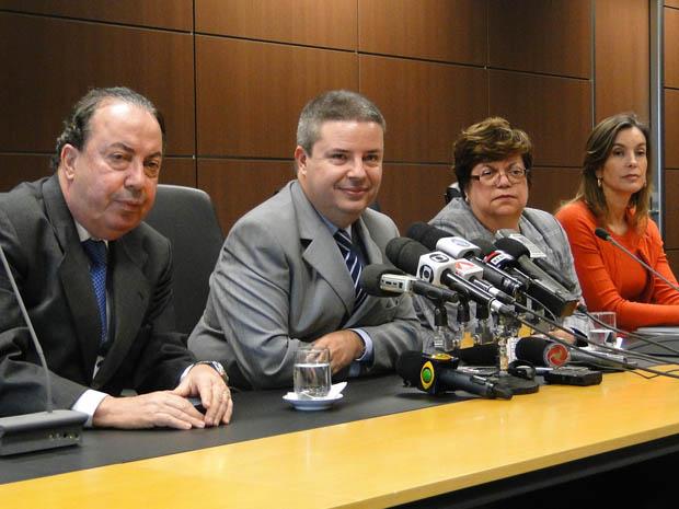 Governador Antonio Anastasia entre os secretários de Estado Danilo de Castro, Ana Lúcia Gazzolla e Renata Vilhena.  (Foto: Pedro Triginelli/G1)
