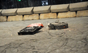 Versão do robô touro (à dir.), da RioBotz, em evento realizado em 2010 (Foto: Divulgação)