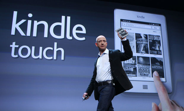 Jeff Bezos, CEO da Amazon, apresenta o Kindle Touch em evento nos EUA (Foto: Shannon Stapleton/Reuters)