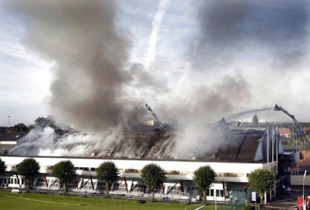 Bombeiros lutam contra o incêndio que ocorreu nesta manhã de quarta-feira (28) em um galpão de Copenhague, onde seria inaugurada uma exposição anual de artigos sexuais e eróticos.  (Foto: Dennis Lehmann/AFP)