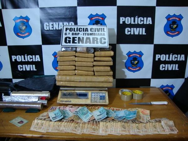 Polícia suspeita que mulher traficava em nome do marido, que está preso por tráfico de drogas. (Foto: Divulgação/Genarc-Itumbiara)