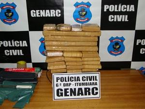 Mulher foi presa com 15 kg de maconha. (Foto: Divulgação/Genarc-Itumbiara)