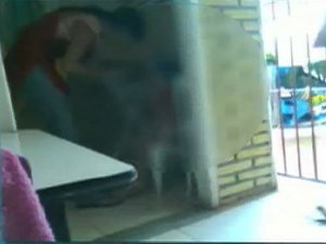 Funcionária de brinquedoteca é flagrada tentando colocar  fita em boca de criança em Campo Grande, MS (Foto: Reprodução/TV  Morena)