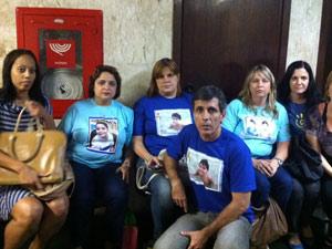 Pais de crianças que se trataram com a falsa psicóloga aguardam para assistir ao interrogatório (Foto: Lilian Quaino/G1)