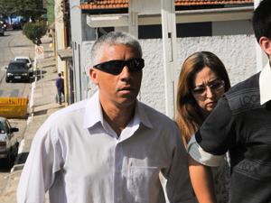 Pais de Davi chegam a delegacia em São Caetano do Sul (Foto: Adriano Lima/Foto Arena/AE)
