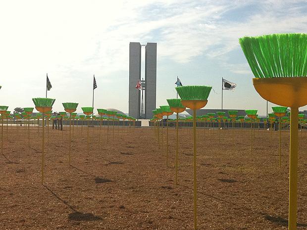 Manifestantes contra a corrupção, em Brasília, colocaram 594 vassouras em frente ao Congresso Nacional (Foto: Naiara Leão/G1)