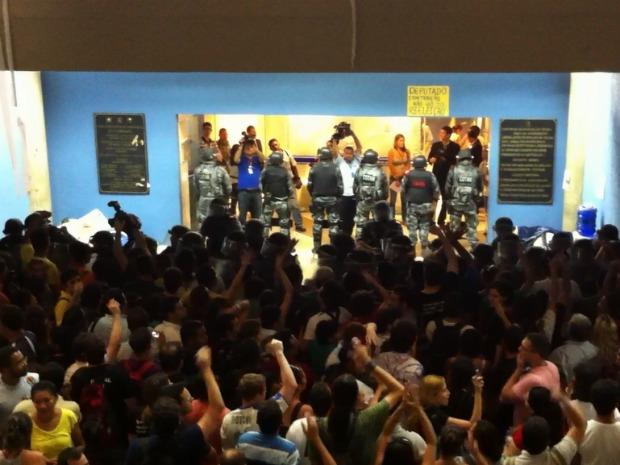 Sob protesto, Assembleia do Ceará aprova piso dos professores