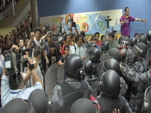Policiais do Batalhão de Choque fazem barreira para impedir entrada dos professores no plenário. (Foto: TV Verdes Mares/Reprodução)