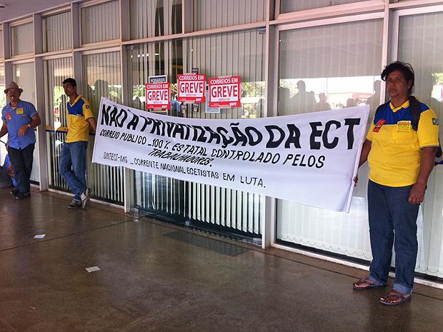 Grevistas fazem manifestação e bloqueiam entrada de servidores no edifício sede dos Correios, em Brasília (Foto: Mariana Zoccoli/G1)
