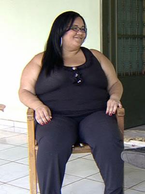 A jovem de 26 anos pesa 156 quilos e aguarda há dois anos em uma fila de espera.  (Foto: Reprodução/TVCA)
