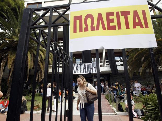 Servidores de ministério na Grécia bloqueiam entradas nesta quinta-feira (29) (Foto: Reuters)