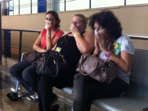 Por conta do spray de pimenta, professores tiveram irritação na garganta. (Foto: André Teixeira/G1)